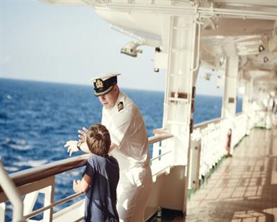 P&O Ventura's Captain chats  with a you passenger